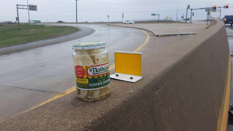 Illustration for article titled Alguien ha estado dejando misteriosos tarros de pepinillo en la misma autopista de Estados Unidos desde 2012