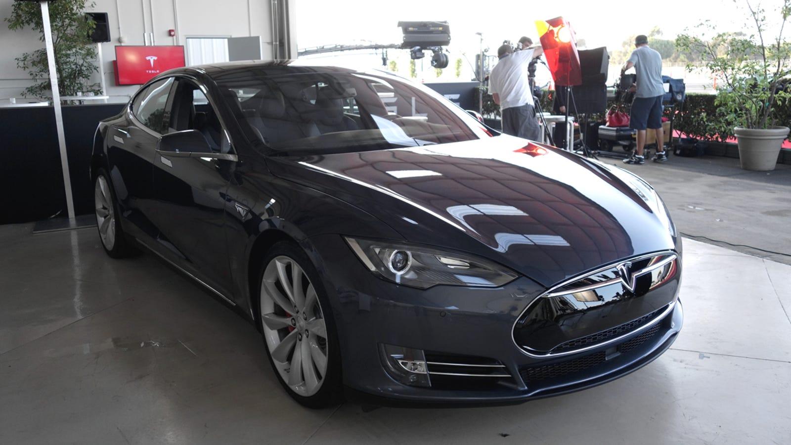 Tesla Model S Auto Pilot Does Lane Changes For You