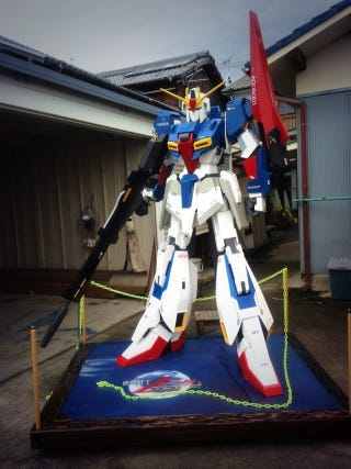 Illustration for article titled Man Builds Huge Gundam to Delight Grandchild, Kid Isn't Impressed