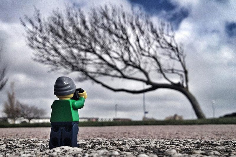 Illustration for article titled Intrepid Lego minifig goes around the world taking pictures