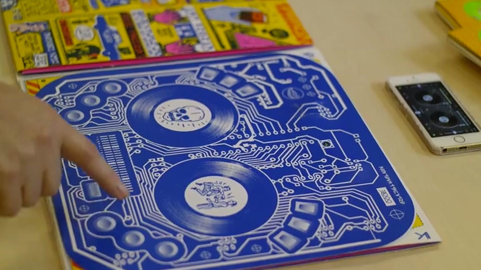 Este disco de vinilo incluye una mesa de mezclas Bluetooth