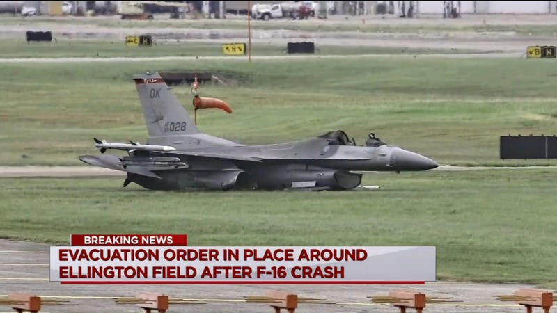 Illustration for article titled Oklahoma ANG F-16 Catches Fire on Takeoff, Crashes