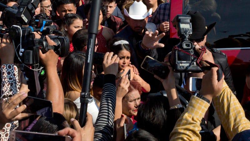 La quinceañera Rubí Ibarra, entre cámaras y curiosos, llegando a la misa celebrada en su honor. Imagen: Enric Marti / AP