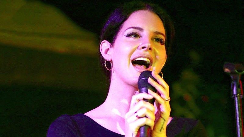 Lana Del Rey singing.