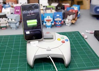Illustration for article titled A Dreamcast Controller Is a Weird Place To Put an iPhone Dock