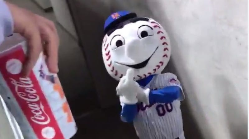 Illustration for article titled Mets Apologize After Mr. Met Gets Caught Flipping The Bird At A Fan