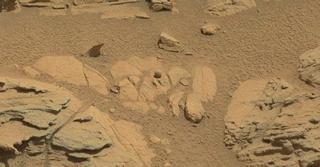 Illustration for article titled Curiosity fotografía una extraña roca esférica en Marte