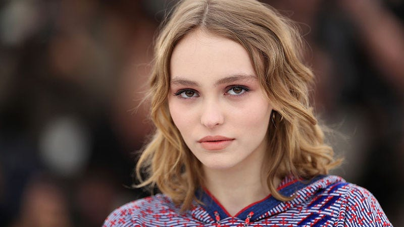 Illustration for article titled Lily-Rose Depp Is Defending Her Dad