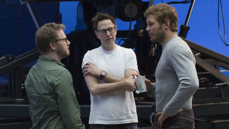 James Gunn (centro) hablando con el productor Jonathan Schwartz y Chris Pratt en el set de Guardians of the Galaxy Vol2