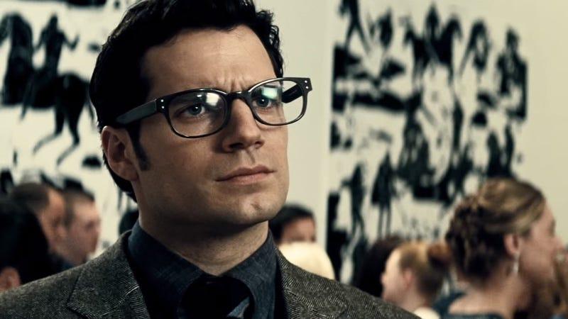 El famoso disfraz de Clark Kent. Imagen: Batman v Superman: Dawn of Justice (2016)