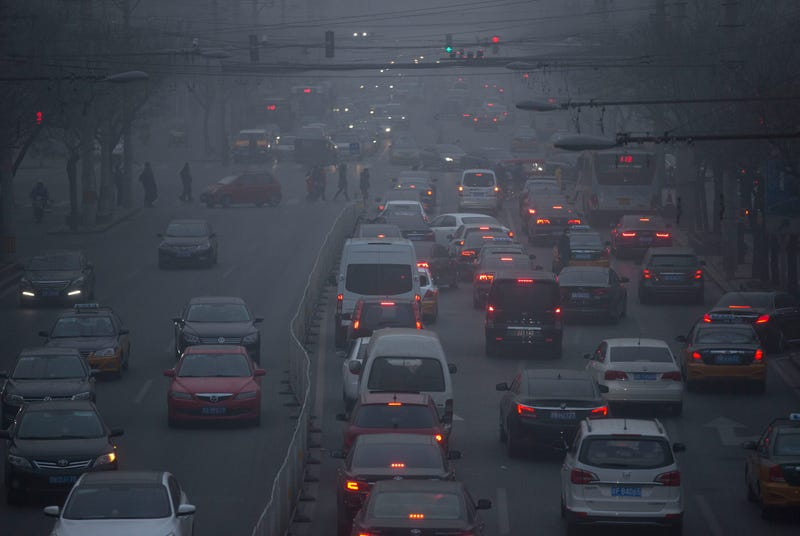 Illustration for article titled Terrifying Photos of Beijing's Toxic Smog 'White Christmas'