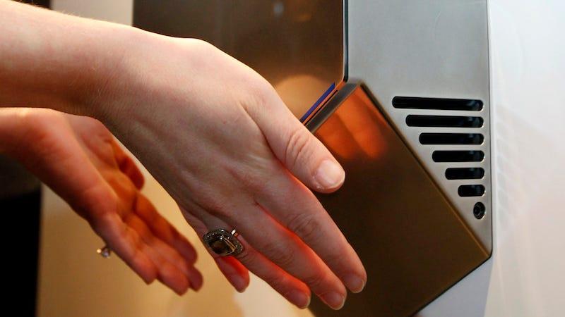 El sonido de los secadores no solo es molesto, también puede dañar los oídos de los más pequeños.