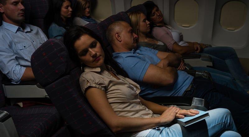 Cómo dormir lo mejor posible en un viaje de avión