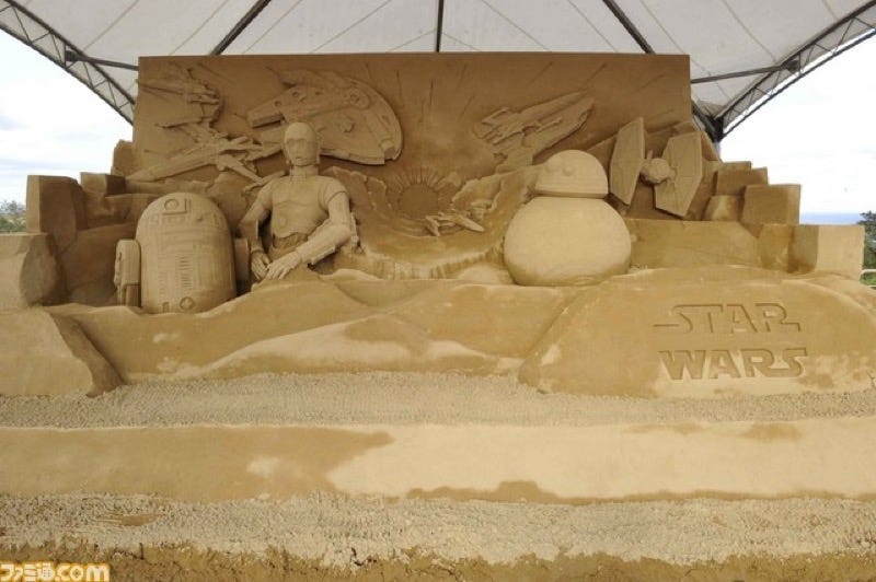 Illustration for article titled Star Wars Turned into a Giant Sand Sculpture
