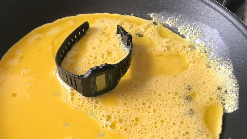 Illustration for article titled Hace una tortilla con un reloj Casio, lo mete en la lavadora, lo sumerge en lejía: sigue funcionando