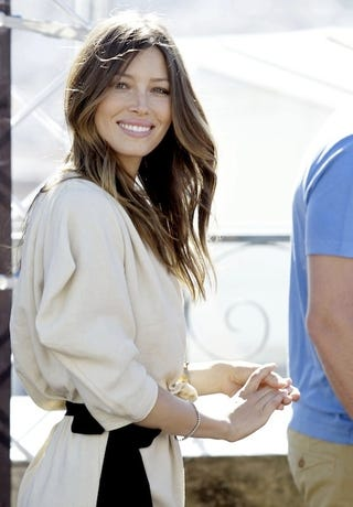 Illustration for article titled Jessica Biel, Smiley In España