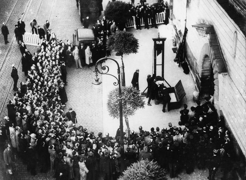 Illustration for article titled Dos segundos después de esta imagen se produjo la última ejecución pública por guillotina