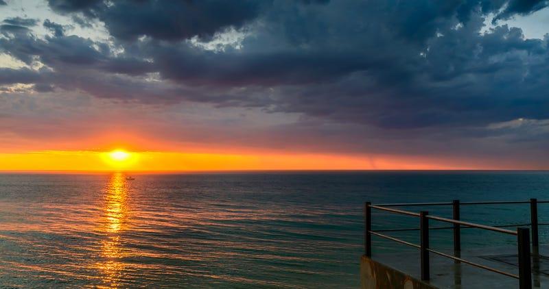 Imagen: Puesta del sol en la playa de Somerton (Adelaida). Amophoto.net / Shutterstock