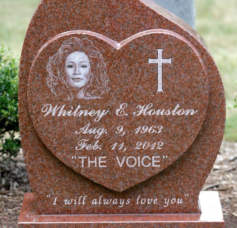 Illustration for article titled Sosem találjátok ki, hogy mit írtak Whitney Houston sírkövére
