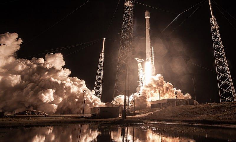 Momento del lanzamiento del Falcon 9 con la misión Zuma a bordo. Foto: SpaceX / Flickr