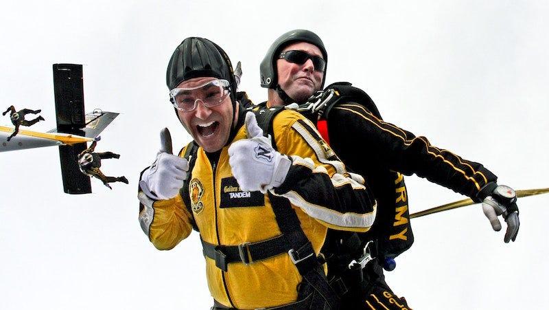 Las probabilidades de que mueras por saltar en caída libre son bajas.