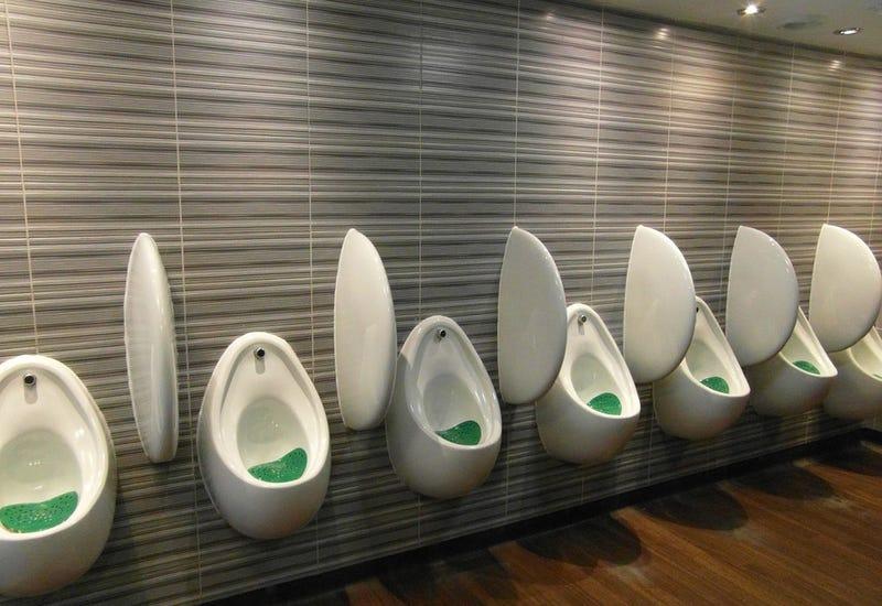 Illustration for article titled Por qué algunas personas no pueden orinar en baños públicos, y cómo solucionarlo