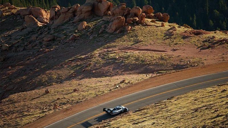 Illustration for article titled Un coche eléctrico de Volkswagen pulveriza el récord Pikes Peak de ascenso en carretera de montaña