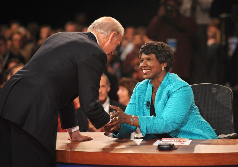 Ifill greeting Joe Biden at the 2008 vice presidential debate. Image via Getty.