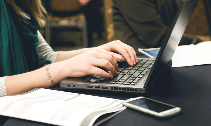 Illustration for article titled Cuál es el mayor error que puedes cometer al enviar un correo de trabajo, según el CEO de LinkedIn