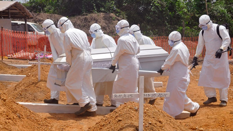 Health workers carry a body of a person killed by Ebola at a graveyard on the outskirts of Monrovia, Liberia, March 11, 2015. (Image: AP)