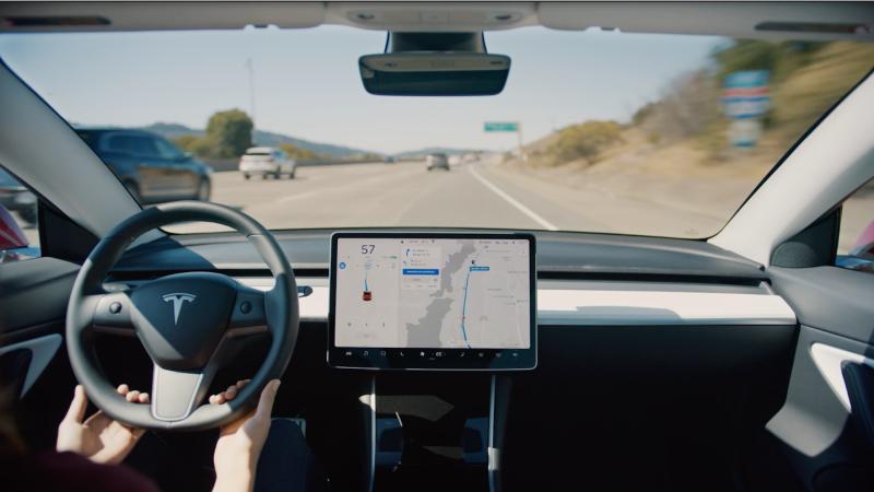 Illustration for article titled Cómo funciona exactamente la nueva función que permite a los Tesla cambiar de carril de manera autónoma