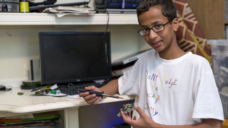 Illustration for article titled Back For Seconds: Barack Obama Has Once Again Invited Ahmed To His House To Get Another Look At That Sweet Goddamn Clock He Built