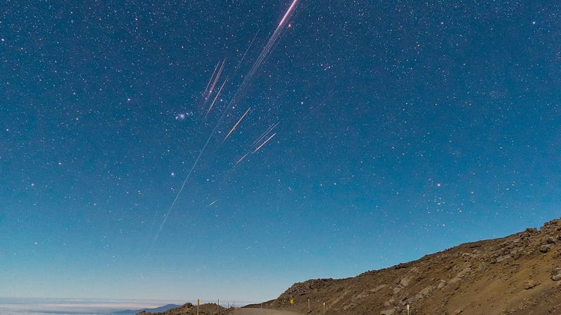 Illustration for article titled Look at This Beautiful Reentry of a Chinese Rocket Over Hawaii