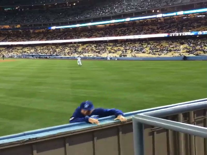 Illustration for article titled Dodger Stadium Idiot Climbs Over Outfield Fence, Evades Security