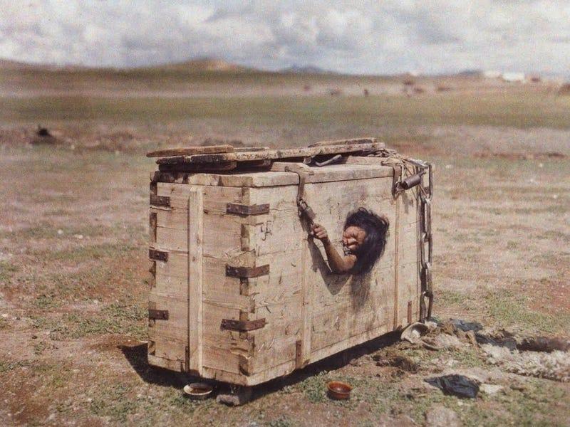 Illustration for article titled Detrás de esta imagen se esconde uno de los castigos más inhumanos de la historia de la humanidad