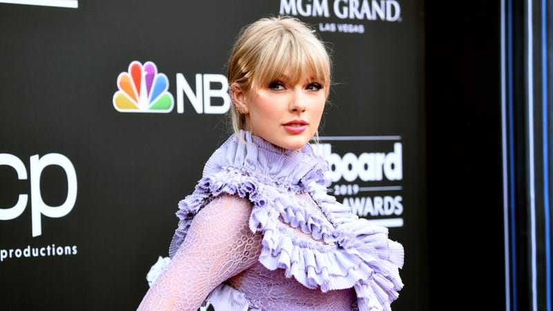 Illustration for article titled Kanye West's former manager Scooter Braun now controls Taylor Swift's back catalog, and she's pissed