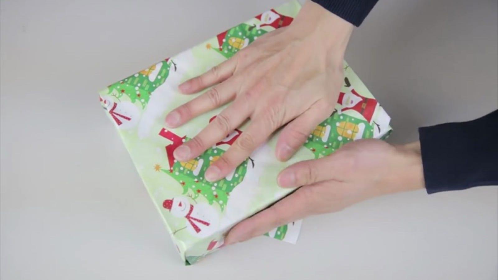 Cómo envolver un regalo sin cinta adhesiva, al estilo origami