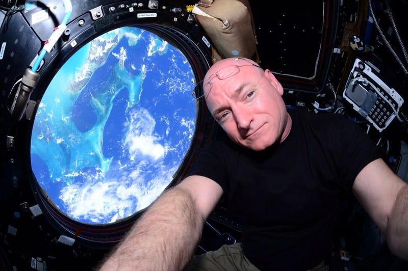 Illustration for article titled Mi történik az ISS-en a koszos ruhával, és milyen ott tüsszenteni?