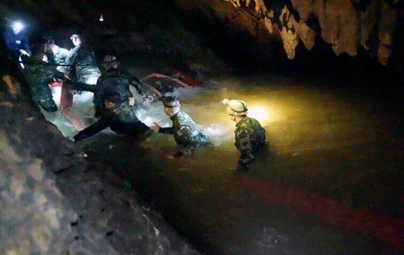 Illustration for article titled Muere un buceador ex Navy Seal en el mismo túnel que deberán recorrer los niños de la cueva de Tailandia