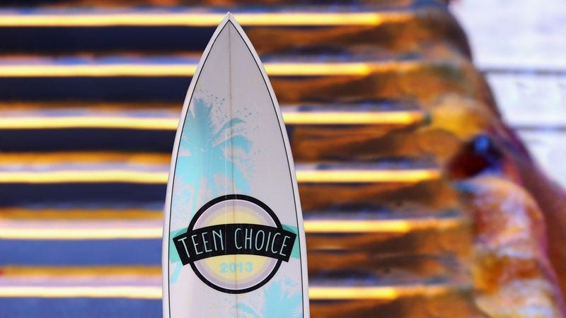 Illustration for article titled Teen Choice Awards Honor Cory Monteith With Posthumous Surfboard