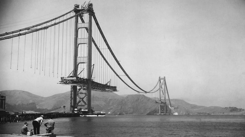 Illustration for article titled Photos of Famous Landmarks While They Were Still Under Construction