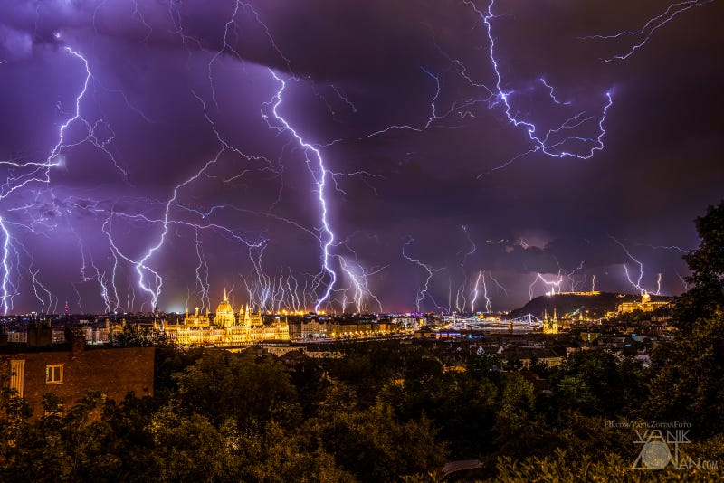 Illustration for article titled Two Hours of Thunderstorm Siege Made Budapest an Electrifying City