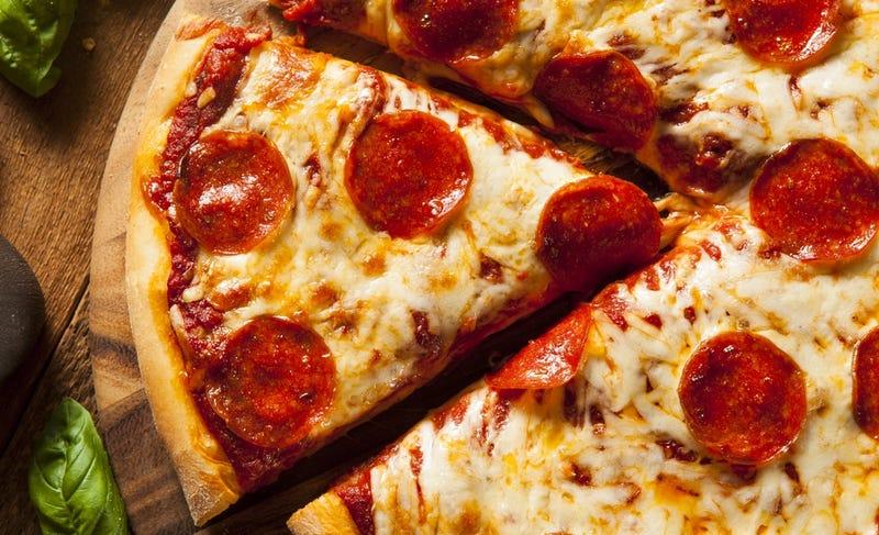 Illustration for article titled Cómo cortar una pizza en trozos equivalentes cuando alguien odia los bordes