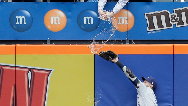 Illustration for article titled Mets Fan Accidentally Showers Ryan Braun With Overpriced Beer