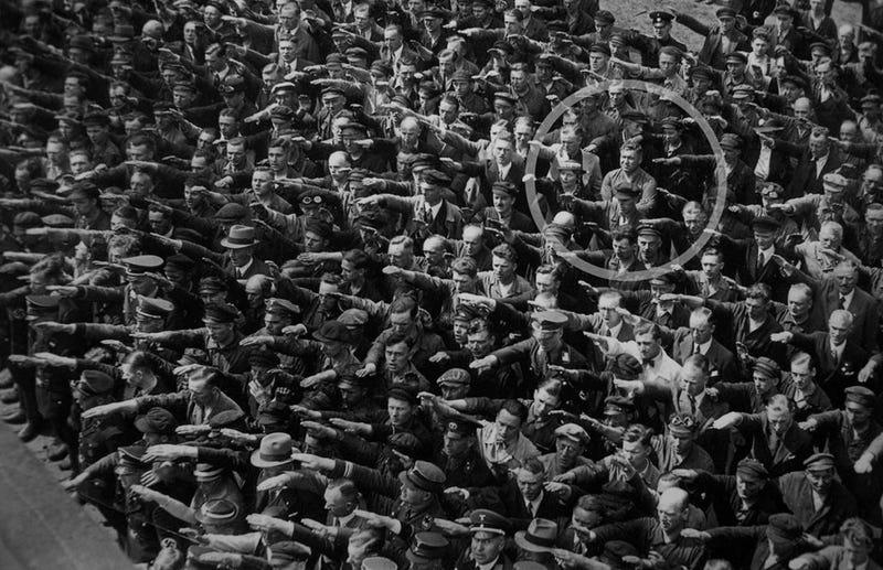 Illustration for article titled En esta imagen hay un único alemán que se atrevió a negarle el saludo a Hitler: esta fue su trágica historia