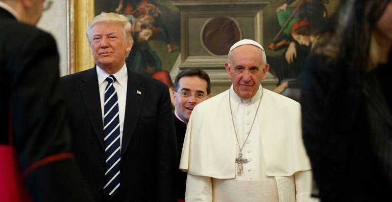 Donald Trump y el Papa Francisco. AP