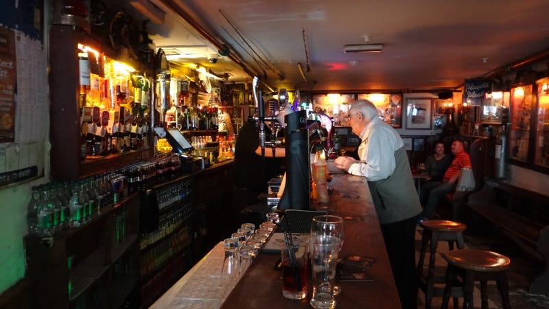 Illustration for article titled Este bar abrió por primera vez en la Edad Media, cuando la gente entraba con sus espadas para pedir una pinta