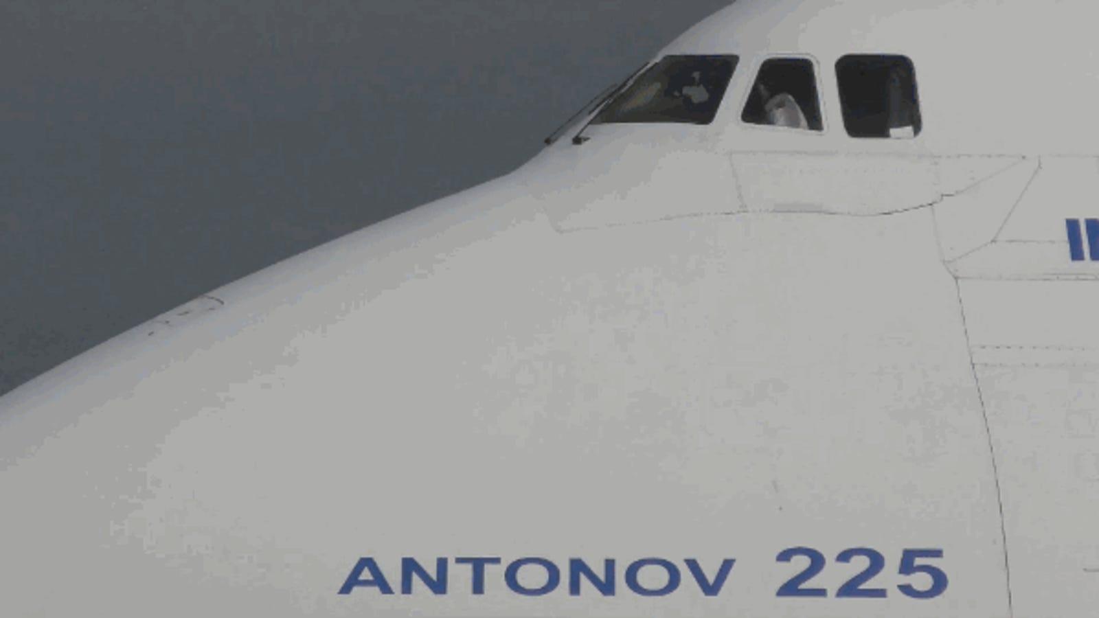 El majestuoso espectáculo de ver aterrizar el avión más grande del mundo en 4K