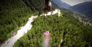 Illustration for article titled This Helicopter 'Bambi Bucket' Demo In The Alps Is Gorgeous