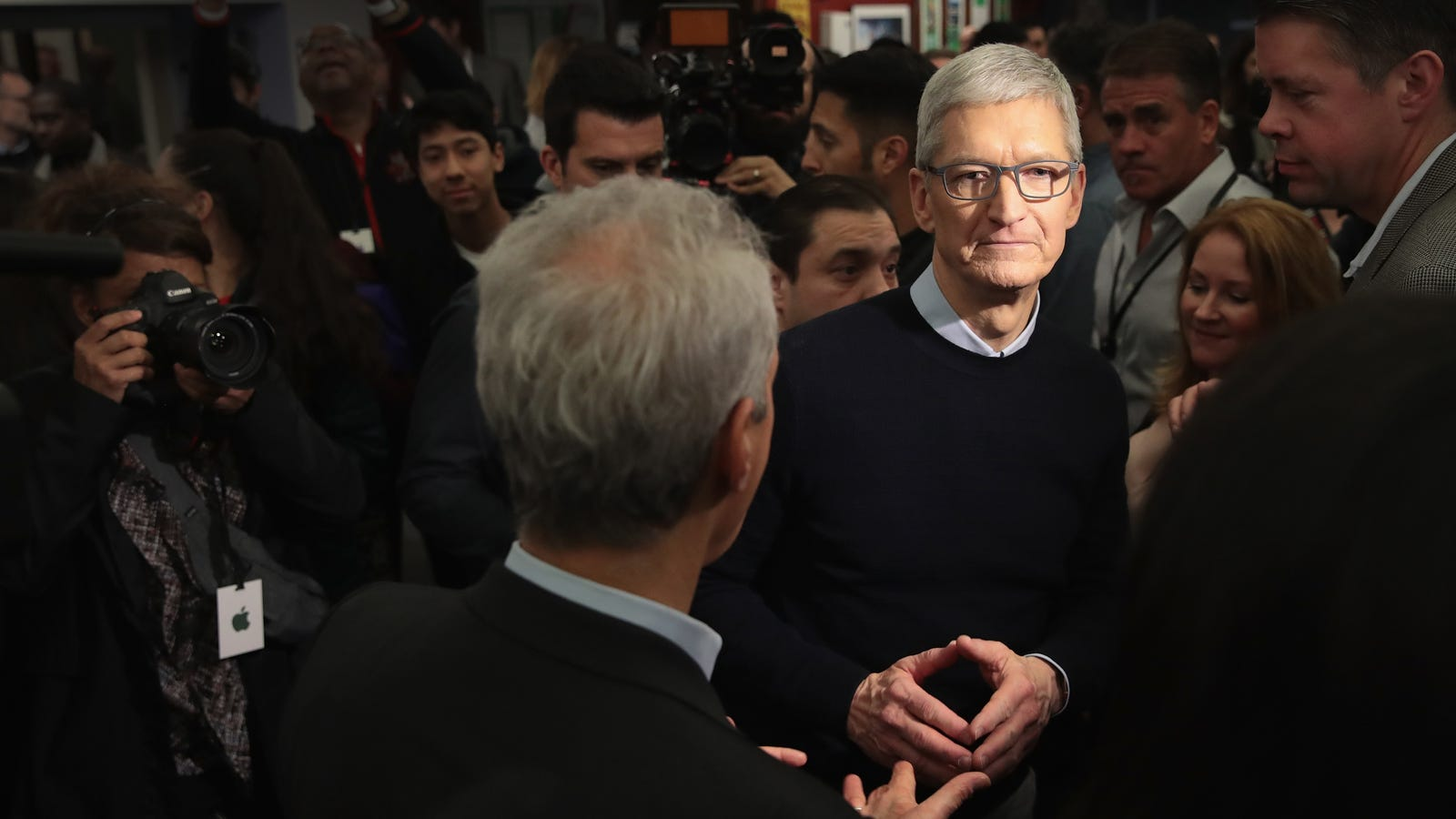 Tim Cook on the iPhone distribution: We have to talk about Facebook - Gizmodo